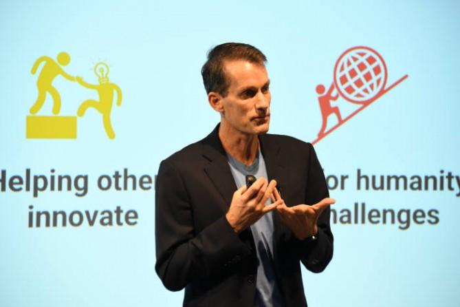 제프 딘 구글 시니어 펠로우가 28일 일본 도쿄에서 열린 'Made With AI' 기자간담회에서 구글의 인공지능 기술에 대해 발표하고 있다. - 구글 제공